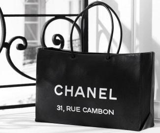 Bolsa de compras de una tienda Chanel.