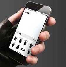Un móvil mostrando la aplicación EmotiKarl de Karl Lagerfeld.