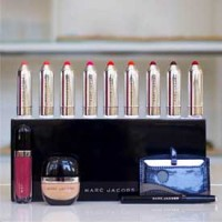 Foto de productos de la línea Marc Jacobs Beauty compartida en Instagram.