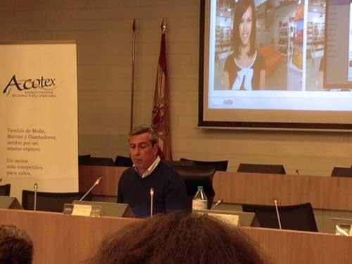 Alex LA?pez durante su ponencia en la jornada de Acotex.