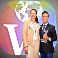 María José Flores, directora de Wloggers, con Jesús Reyes. ganador del premio al mejor blog de moda.