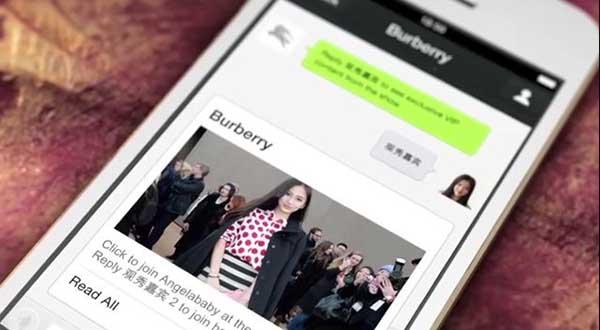 Burberry chateando y enviando fotos a travAi??s de WeChat.