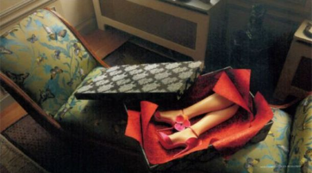 Una de las imA?genes del almanaque de Christian Louboutin donde piernas amputadas lucen sus zapatos.