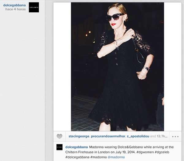 Foto de Madonna compartida por Dolce & Gabbana en Instagram. Se contextualiza la imagen, se cuenta que lleva un vestido de la marca, y se usan unos pocos hashtags relevantes.