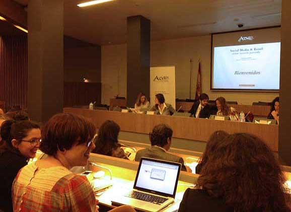 De izquierda a derecha, Andrea Pascual, MA?nica de TomA?s, Borja Oria, presidente de Acotex y moderador, EstefanAi??a GarcAi??a y Cristina PiAi??a en un momento de la mesa redonda sobre la capacidad de los bloggers para influir en las ventas.